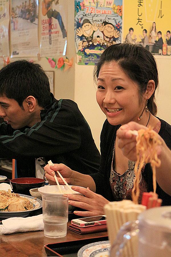 とうふチャンプル〜を食べるマクラケン直子さん
