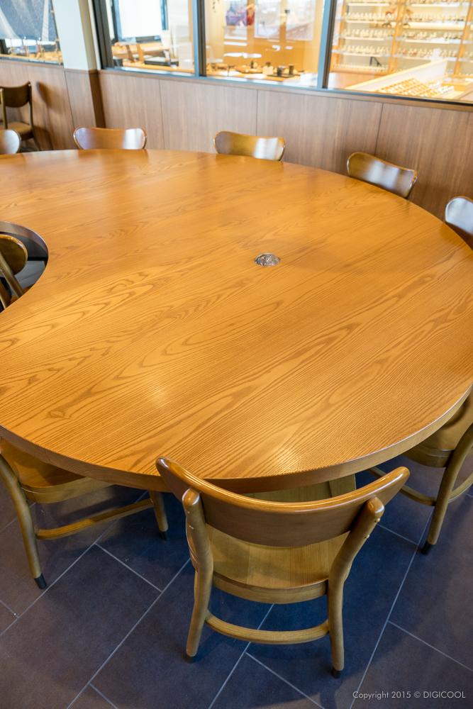 勾玉型のテーブル