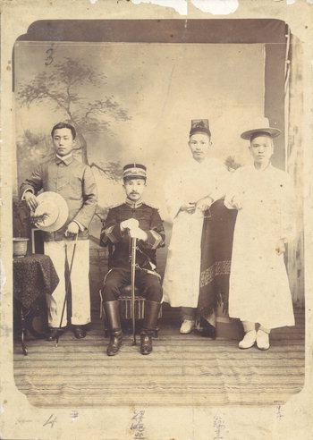 1905년 부산포 감리서 직원들. 오른쪽 2번째가 창원 감리 김서규, 왼쪽 첫번째가 경남은행 전신인 구포은행을 창설한 윤상은. 가운데 앉은 이는 양씨 성을 가진 총순(현재의 경찰서장).