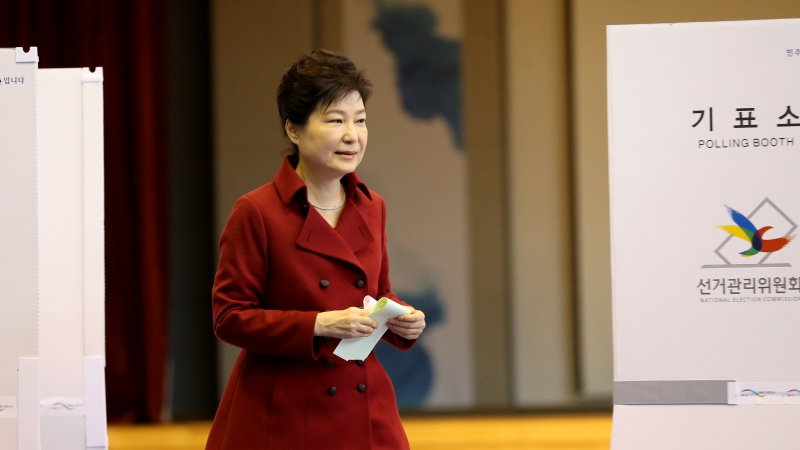 박근혜 대통령이 13일 오전 서울 종로구 청운효자동 제1투표소에서 제20대 국회의원 총선거 투표를 하기 위해 기표소에서 기표한 뒤 투표함으로 향하고 있다. ⓒ연합뉴스