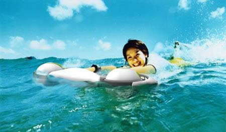 これ1台で陸の上も水の中も自由自在。水陸両用スクーター「Skidscooter」