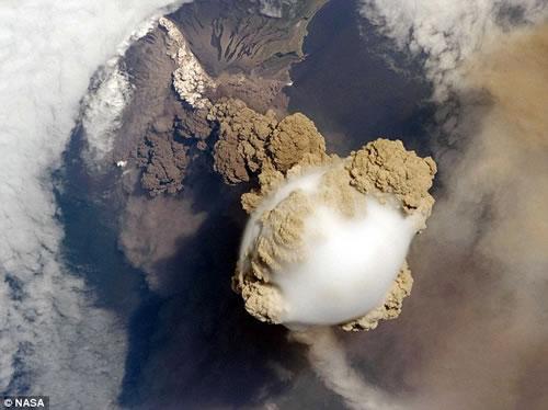 国際宇宙ステーションが捉えた火山が噴火する瞬間