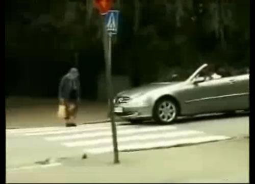 横断歩道を渡るお年寄りにクラクションを鳴らしすぎてひどい目にあった車