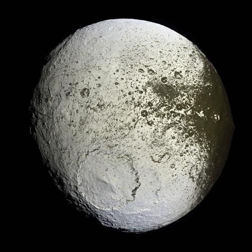【今日のNASA】天体写真「土星のイアペトゥス:描かれた月」