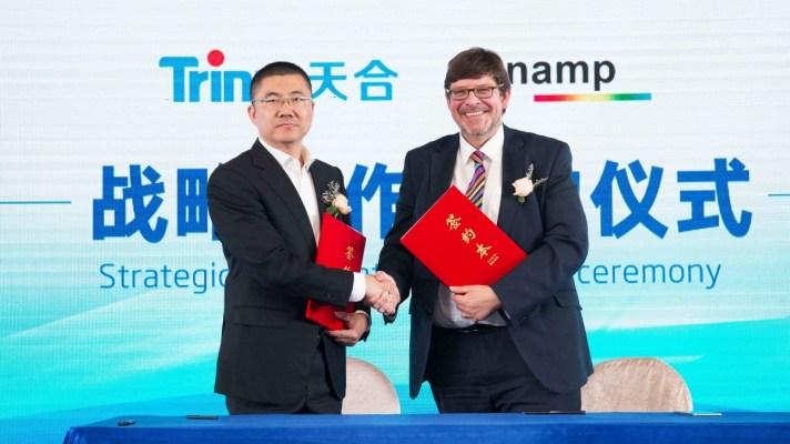 Sunamp CEO ANdrew Bissell signs MoU with Trina Solar VP John Ding