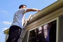 """Escadas de mão: o morador precisa verificar se a escada está totalmente aberta e evitar o uso das escadas de madeira. As mulheres devem subir descalças ou com calçados baixos mesmo que seja por pouco tempo. """"Não devemos nos aventurar a fazer o que não estamos habituados, para isso existem profissionais qualificados. Alguns acidentes domésticos podem levar a grandes danos ou até mesmo a morte"""", alerta a engenheira. (Foto: internet)"""