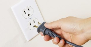 Instalações Elétricas: as instalações elétricas devem ser mantidas em boas condições. Imóveis com mais de 15 anos deverão ter suas instalações elétricas revisadas. Quando os disjuntores começam a desarmar frequentemente é sinal que está acontecendo uma sobrecarga. Acionar um profissional qualificado é essencial nesses casos. Os moradores devem evitar o uso de benjamins e ao substituir lâmpadas ou resistência de chuveiros é necessário estar desligado. Ao sair de casa, os equipamentos devem ser desligados. Cuidados com abajures, esses itens tendem a ficar semi-ligados - apagam a luz, mas ainda há contato podendo ocorrer incêndios. Para evitar choque em crianças, as tomadas devem ter proteção. (Foto: internet)