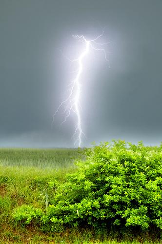 日の入り前の凄まじい落雷の一撃