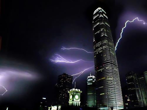 高層ビルをモチーフとした落雷画像