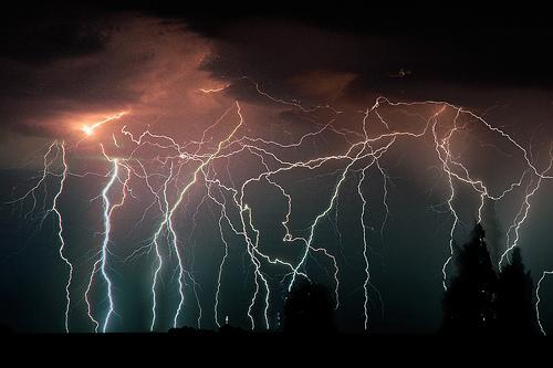 稲妻のシルエットがきれいな落雷画像