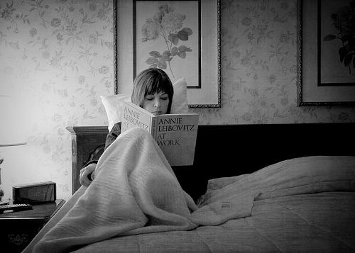 linda-reading-annie-liebovitz-at-work.png