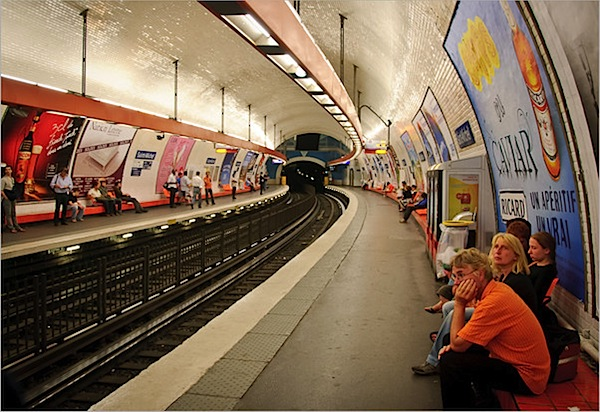 paris-metro-platform-patience-orange.jpg