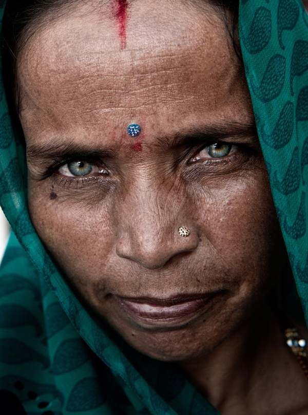Image: Lady with green eyes, India :: 55mm, fstop 5.6, 1\\250