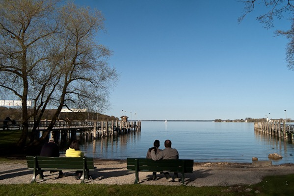 Il Chiemsee è il più grande lago bavarese: ha una superficie di 80 kmq, una circonferenza di 64 km ed una profondità massima di 73,4 m. Originariamente il lago raggiungeva una profondità di 250 m. ma le sedimentazioni degli ultimi millenni e l' abbassamento artificiale del lago fra il 1800 ed il 1900 per evitare l' allagamento delle rive, ne ridussero superficie e profondità. D' estate ospita un gran nuimero di uccelli acquatici.