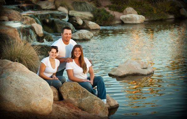 família perto de um lago