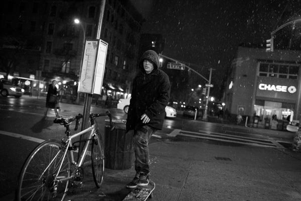 fotografia noturna do morador de rua na neve