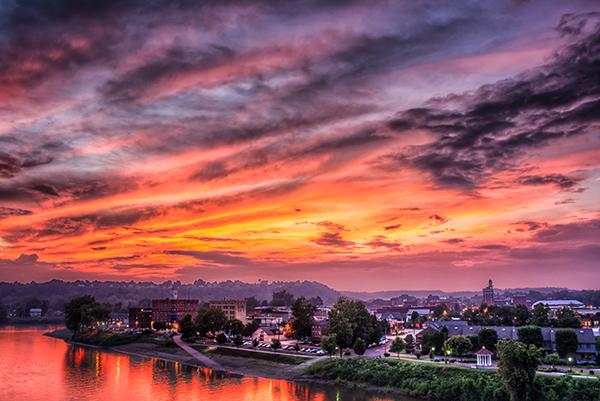 O pôr do sol de verão sobre Marietta Ohio logo após o fim de uma tempestade no início da tarde.