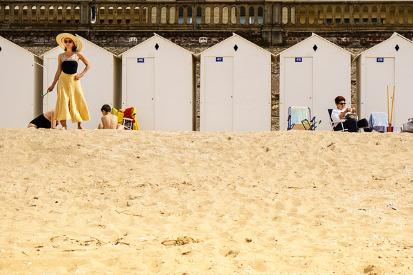 Vacation on the beach? Sure, as long as it's not too isolated and there are people to photograph! ©Valérie Jardin