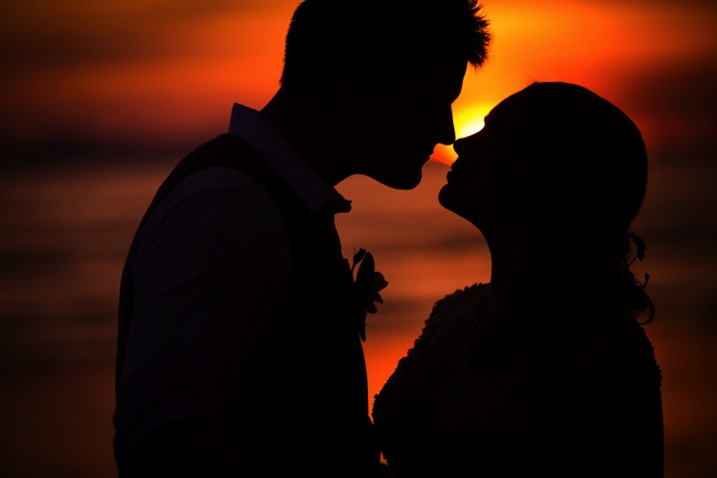 couple kissing perfect silhouette