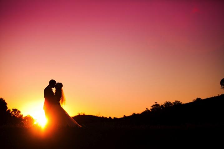 fotografia de retrato de silhueta de casal perfeito beijando