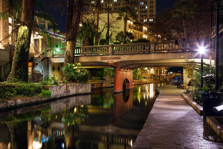 Exposição de dicas fotográficas noturnas no passeio pelo rio San Antonio