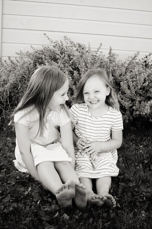 posing-young-siblings-7