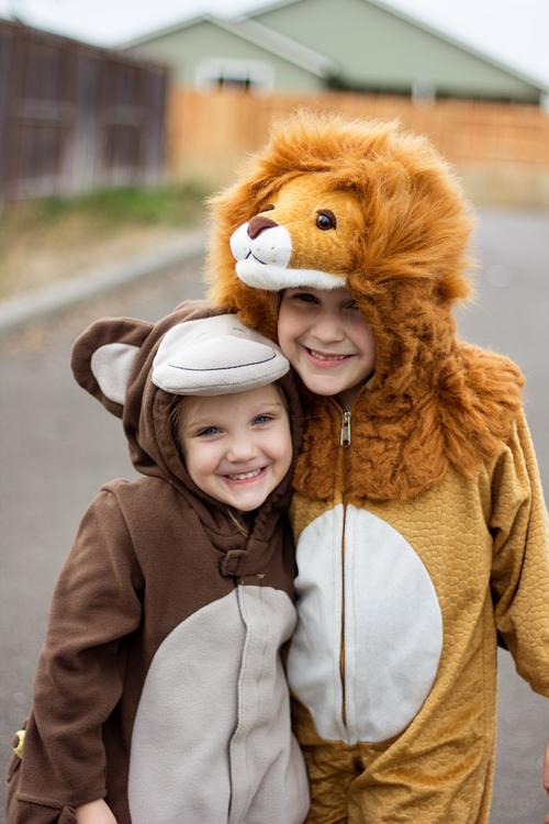 duas meninas vestidas de 50 mm