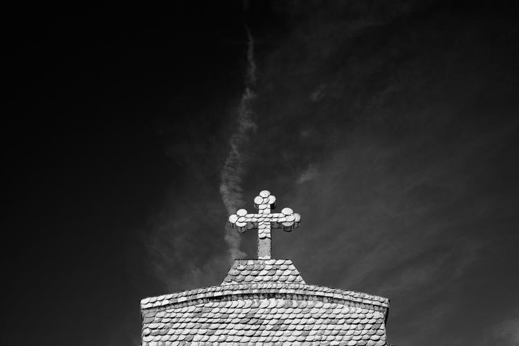 igreja em preto e branco com menos contraste