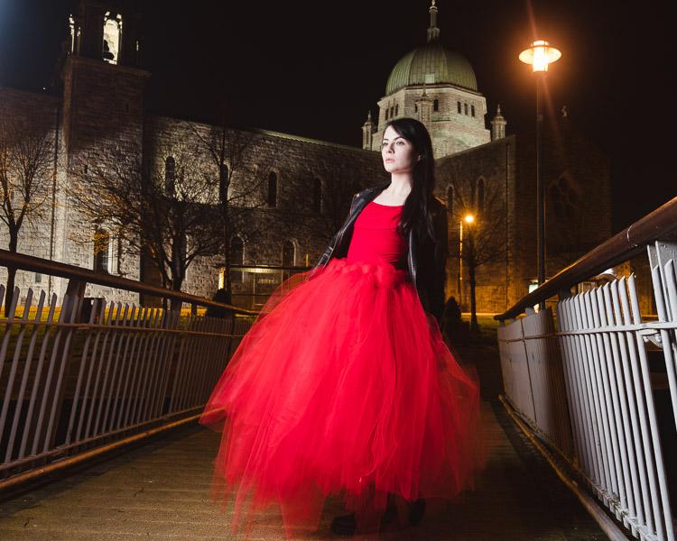 retrato noturno de uma mulher em uma ponte