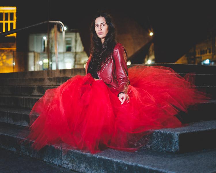 mulher em um vestido vermelho a noite