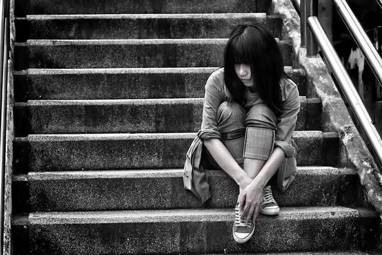 亚洲女人坐在室外楼梯上-直接影响您的摄影质量的5个关键要素