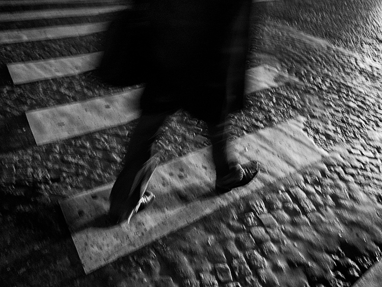 6 Tips for Aiming Low and Going Unnoticed in Street Photography