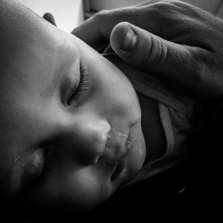 睡觉的婴儿的照片。