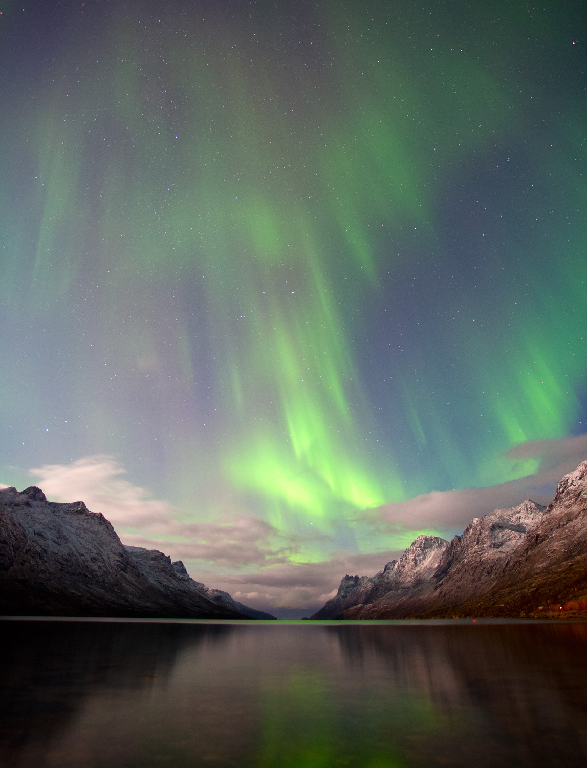 Nighttime photography 01 - northern lights over mountains and a lake