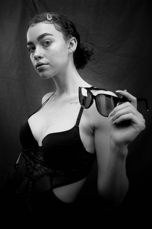 如何使用低图形样式作为组合工具 -  b / w带太阳镜的女人肖像