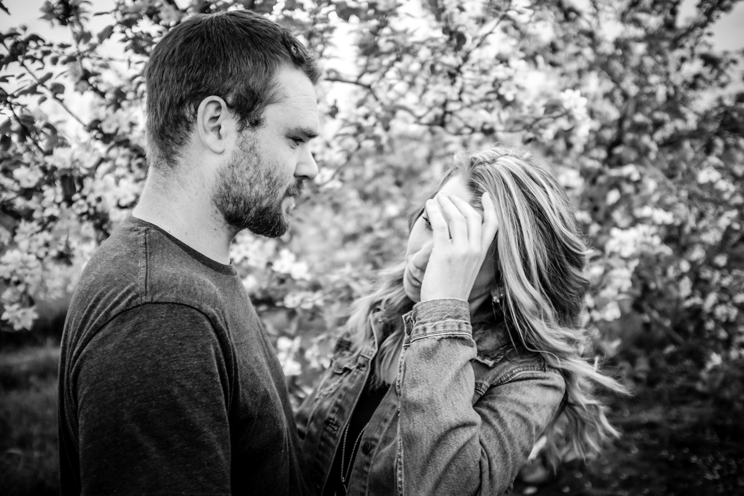 Couples photo - Fun Ways to Photograph Couples That are a Bit Awkward
