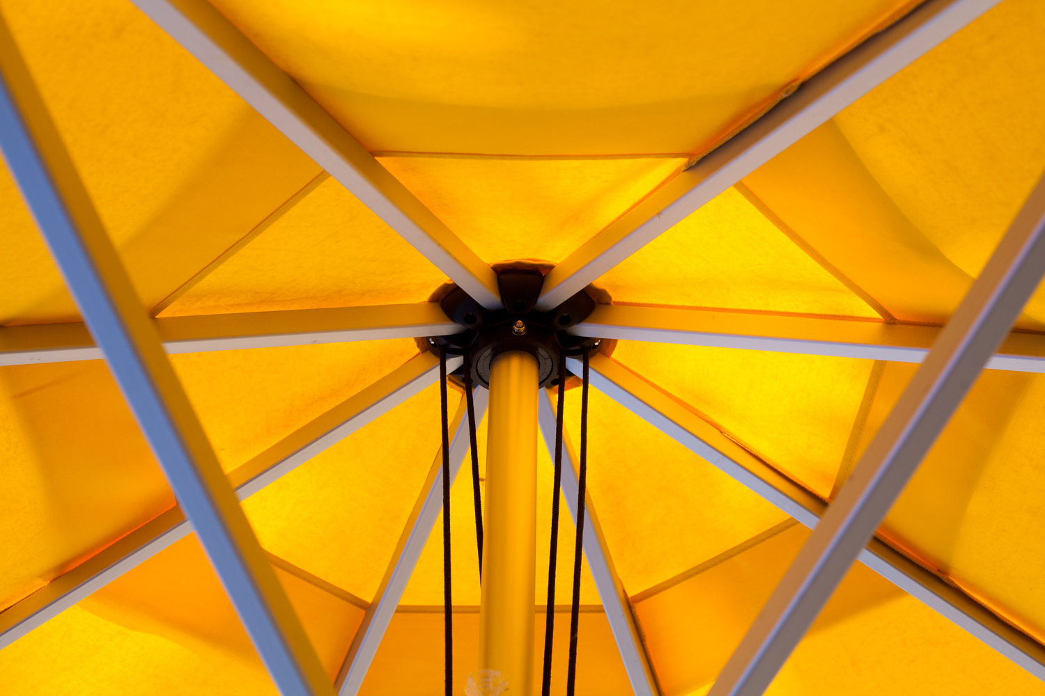 https://i1.wp.com/digital-photography-school.com/wp-content/uploads/2018/11/50-mm-lens-yellow-umbrella.jpg?resize=1500%2C1000&ssl=1