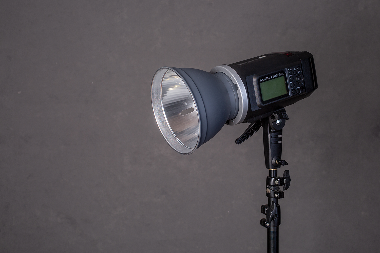 https://i1.wp.com/digital-photography-school.com/wp-content/uploads/2019/05/the-language-of-studio-lighting-strobe-1235.jpg?resize=1500%2C1000&ssl=1