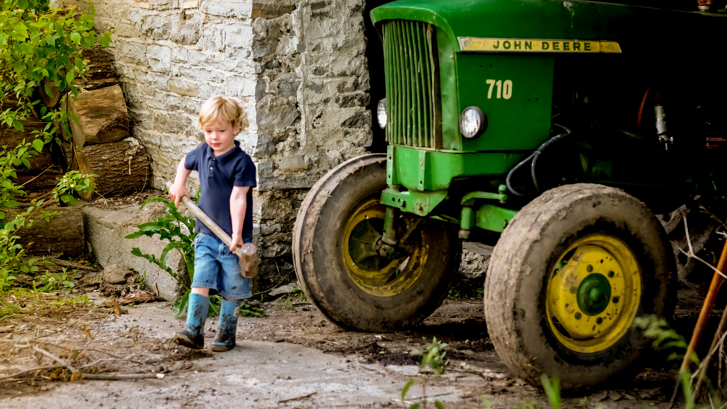 https://i1.wp.com/digital-photography-school.com/wp-content/uploads/2019/07/Toddler-photo-session-with-tractor.jpg?resize=1500%2C844&ssl=1