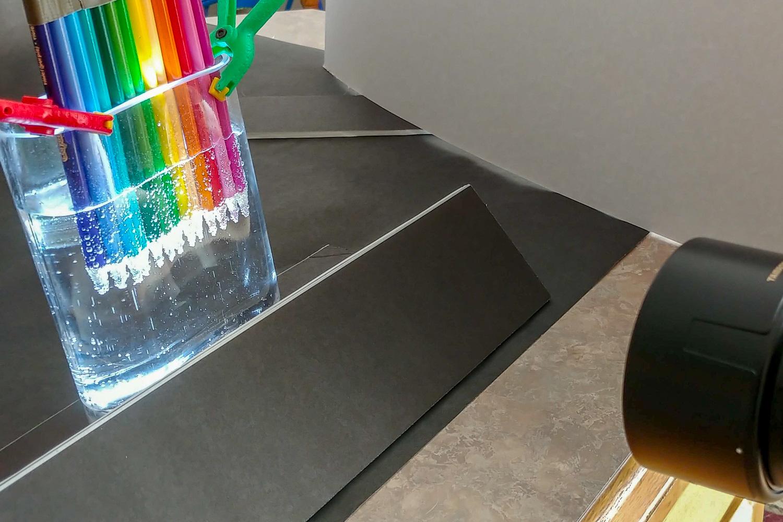 Ainda vida de água com gás com lápis de cor.
