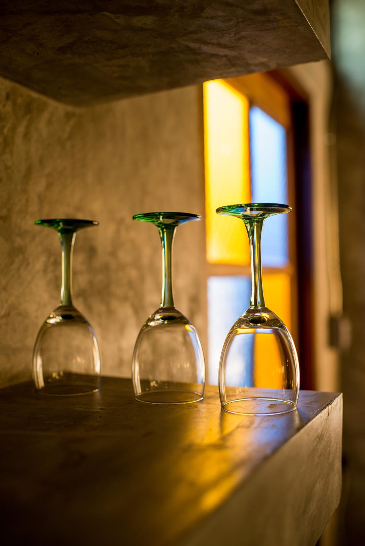 como fotografar coisas comuns: taças de vinho não utilizadas em uma mesa