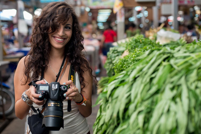 Mulher com uma câmera DSLR que ilustra erros comuns de câmera