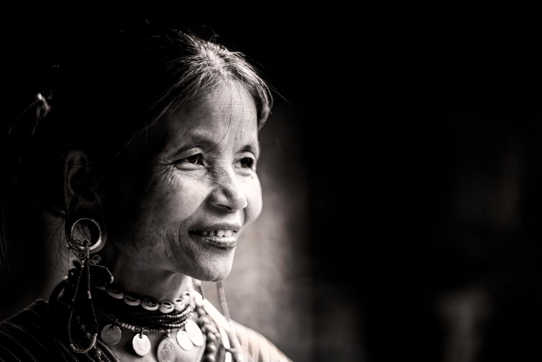 retrato em preto e branco de uma foto de mulher com intenção