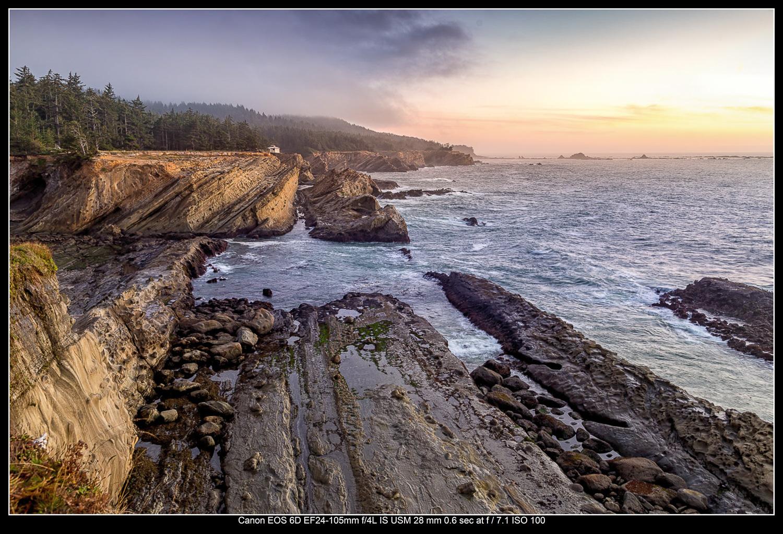 Penhascos à beira-mar perto de Cape Arago, Oregon.