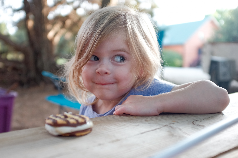 menina fotografada em JPEG