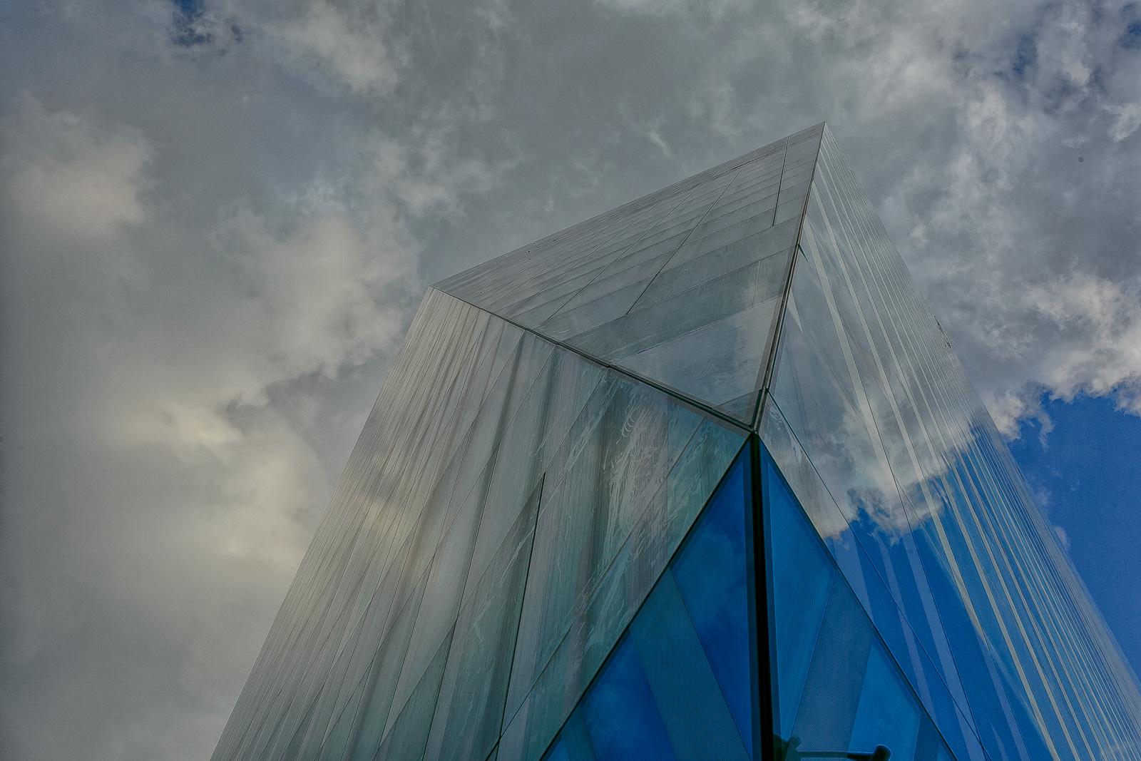 edifício com reflexo do céu