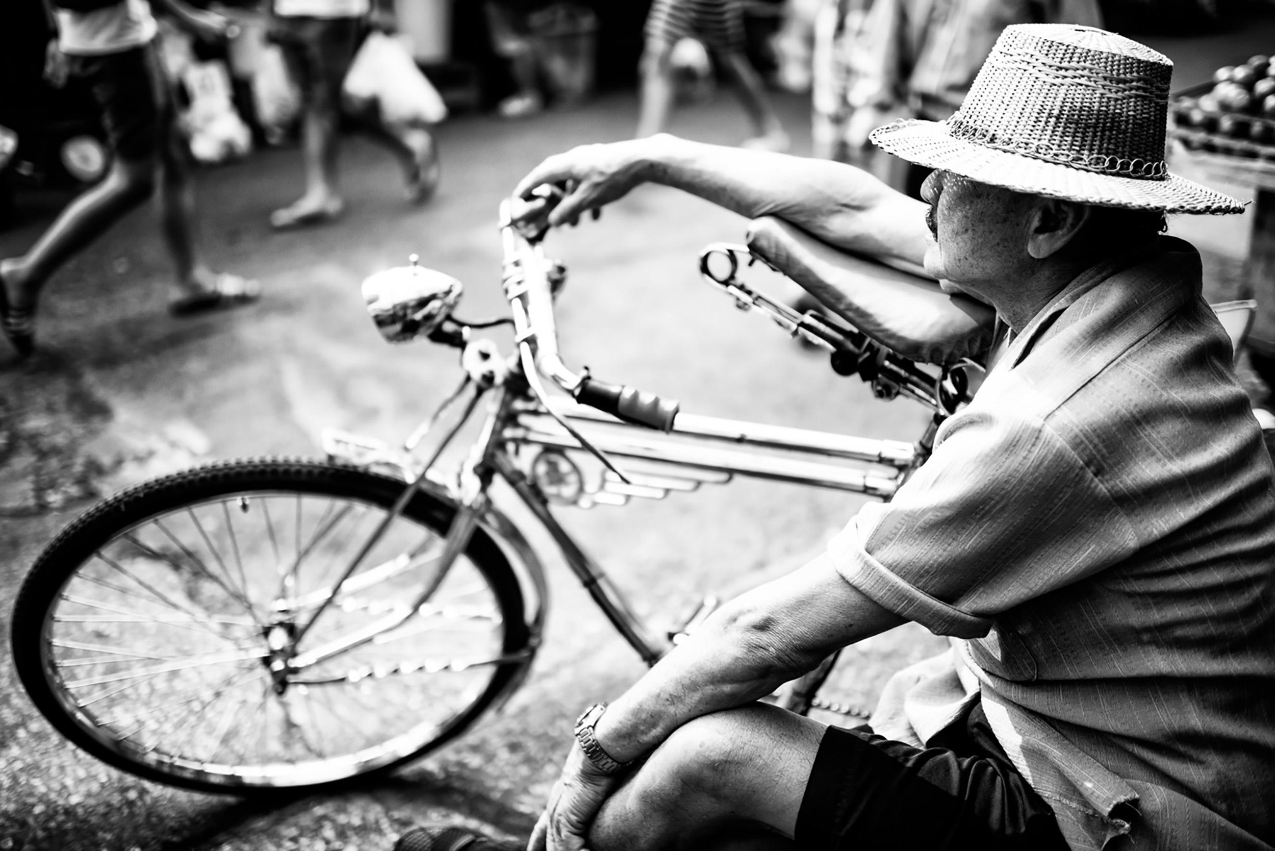 Homem descansando no mercado. © Kevin Landwer-Johan.