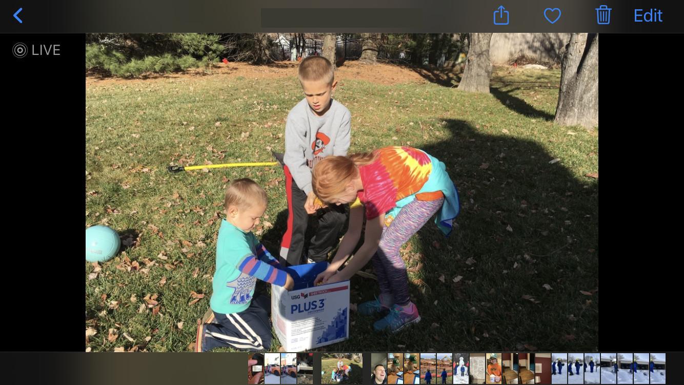 crianças olhando em uma caixa