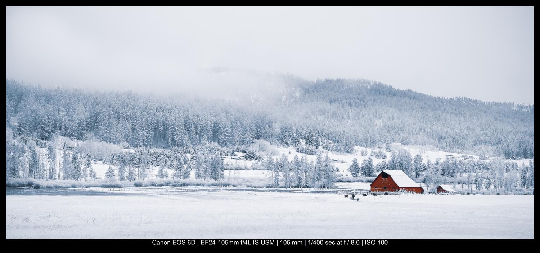 celeiro vermelho na neve