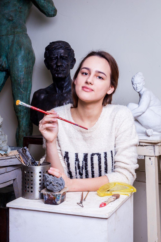 retrato ambiental de mulher pintando